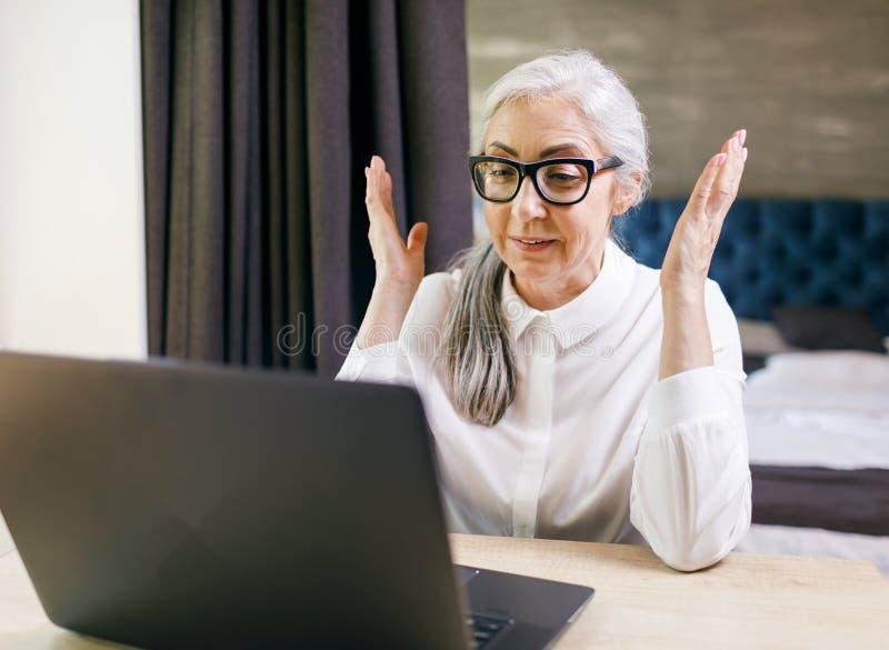 Сотрясенная старшая женщина стоковое фото