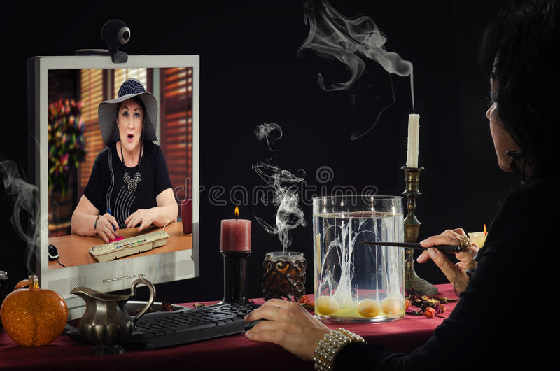 Сотрясенные взгляды женщины на divination яичка онлайн стоковое фото rf