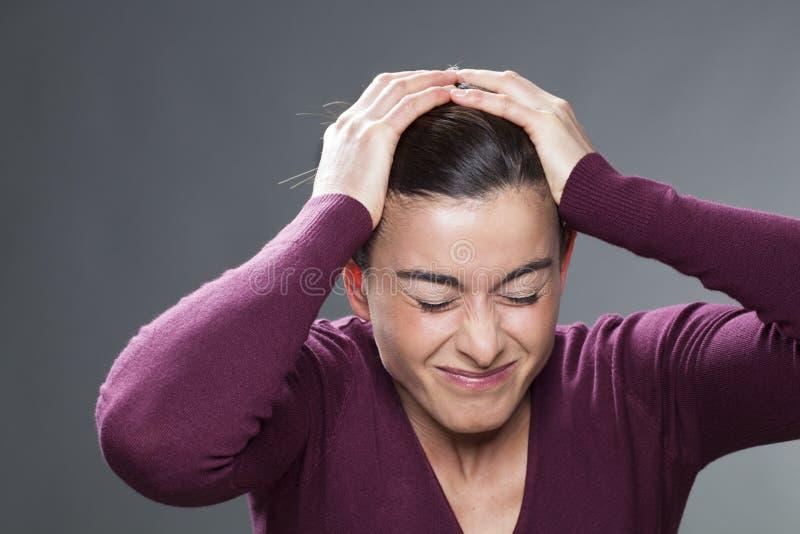Сотрясенные глаза женщины 30s creasing и голова покрывать стоковые изображения rf