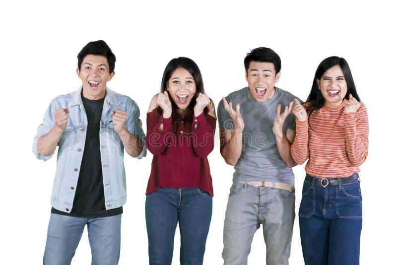 Сотрясенные молодые люди кричат совместно на студии стоковое фото rf