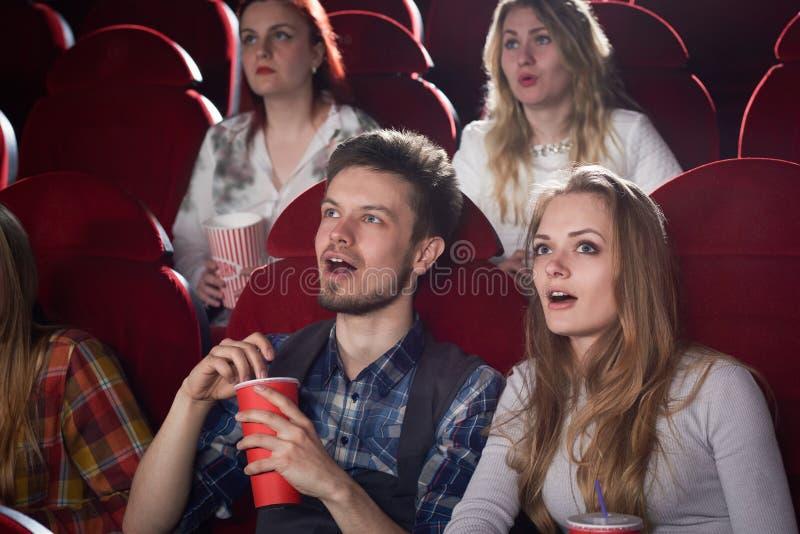 Сотрясенные пары смотря экран в кино стоковые изображения rf