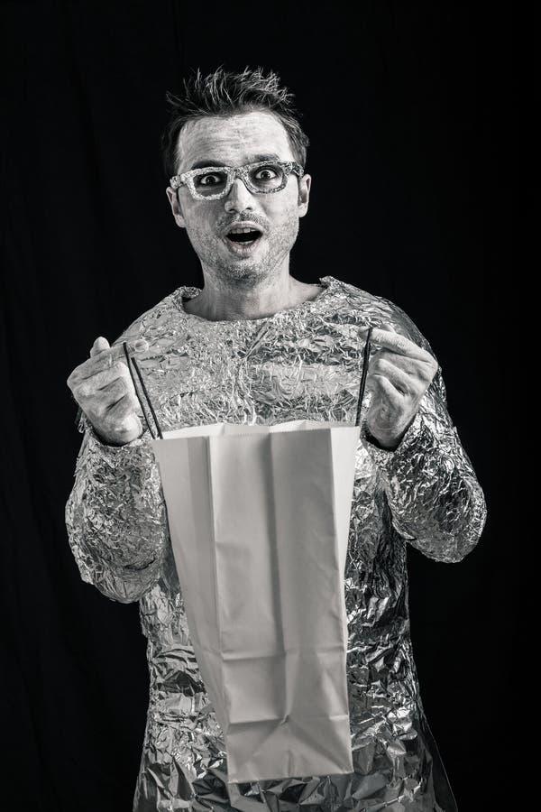 Сотрясенные покупки человека чужеземца стоковая фотография rf