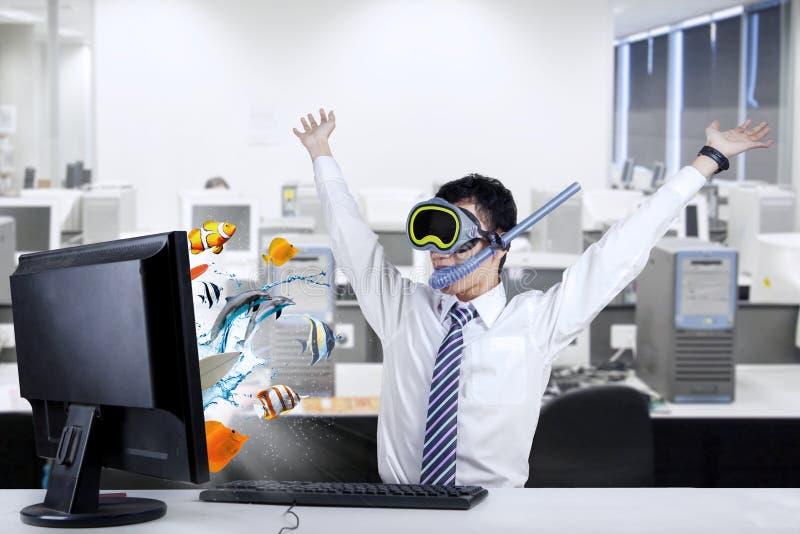 Сотрясенный бизнесмен с snorkeling маской на офисе стоковое изображение