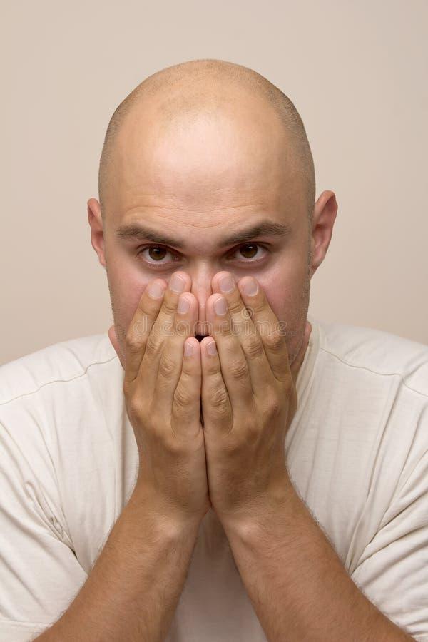 Сотрясенный изолированный молодой человек стоковые фотографии rf