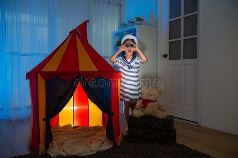Сотрясенный матрос девушки ребенк играя с шатром на ноче стоковые фотографии rf