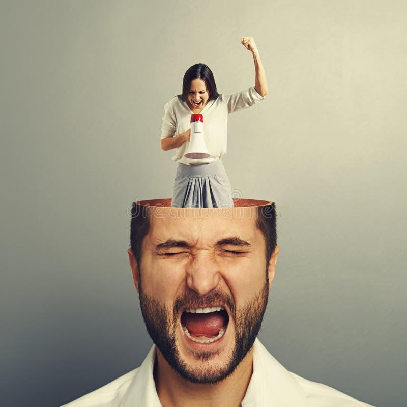 Сотрясенный человек и сердитая женщина стоковое фото rf