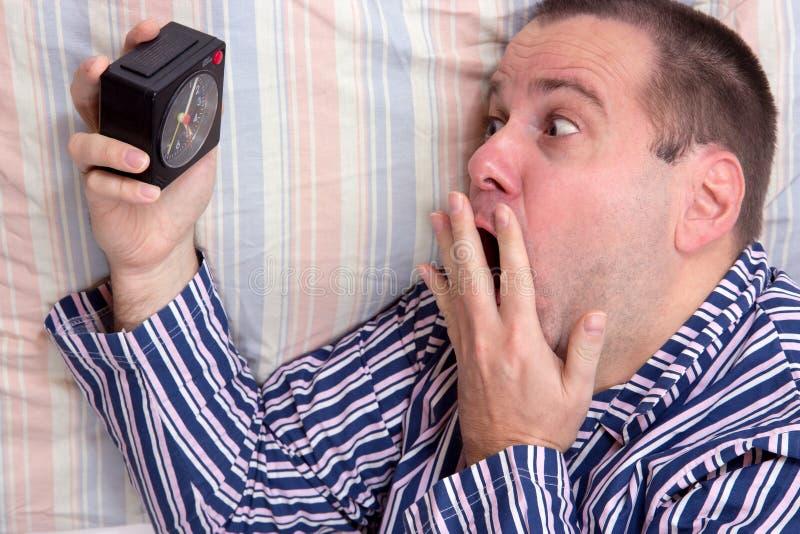 Сотрясенный человек с будильником стоковые фотографии rf