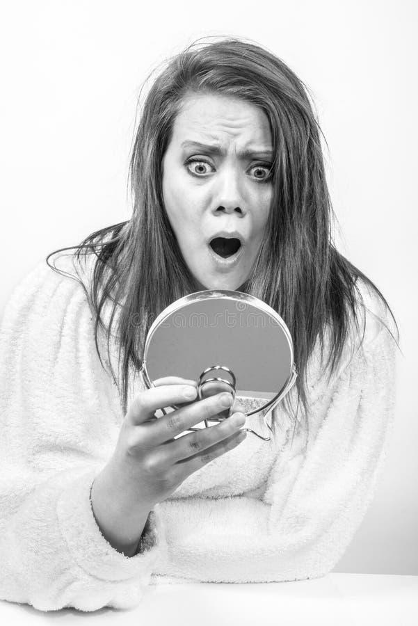 Сотрясенный для того чтобы увидеть зеркальное отображение стоковые фото