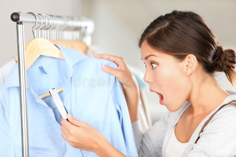 сотрястенная ходя по магазинам женщина стоковое фото rf