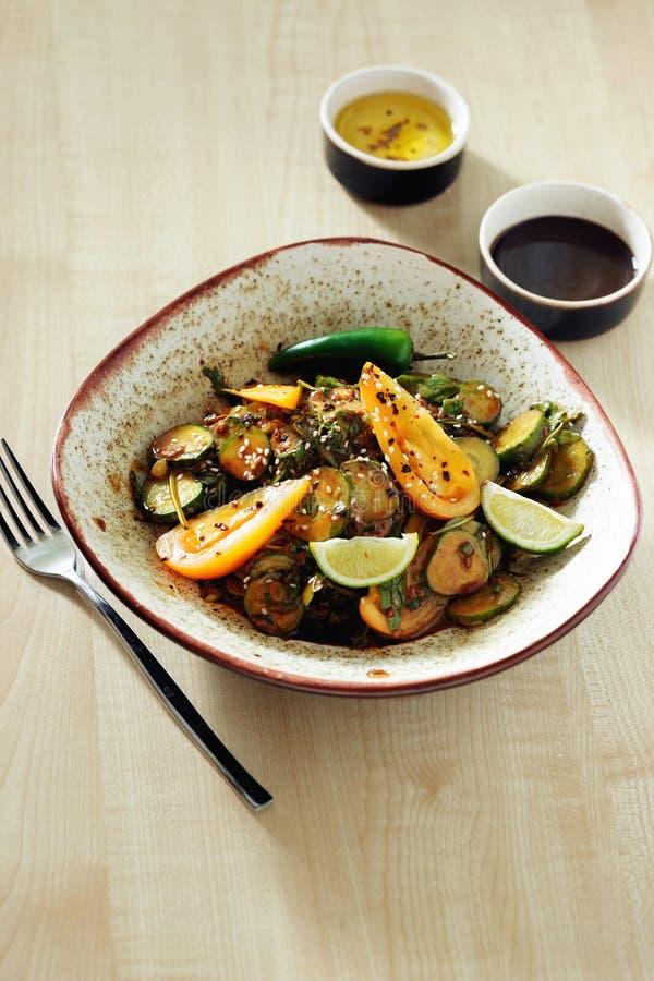 Соуса гайки салата плиты завтрак свежего очень вкусный здоровый стоковая фотография rf