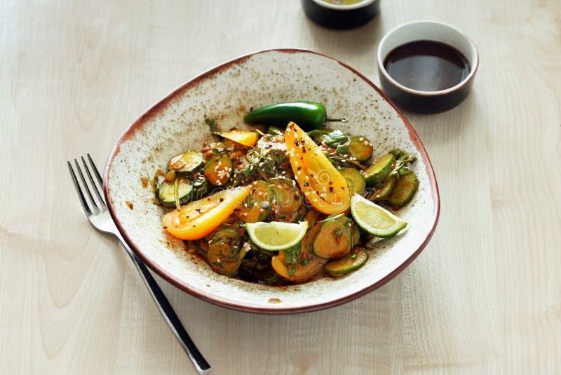 Соуса гайки салата плиты завтрак свежего очень вкусный здоровый стоковая фотография