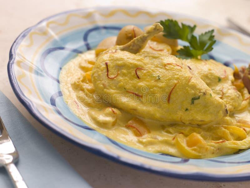 соус шафрана цыпленка груди миндалины стоковые фото