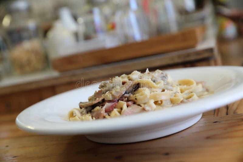 Соус alfredo fettuccine макаронных изделий белый с беконом и грибом ветчины стоковое фото rf