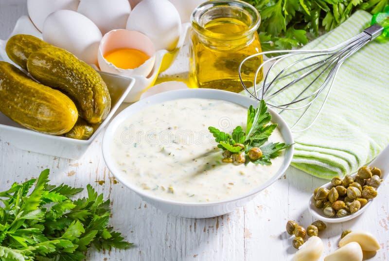 Download Соус Tartara тартара с ингридиентами Стоковое Фото - изображение насчитывающей condiment, тарелка: 81807382