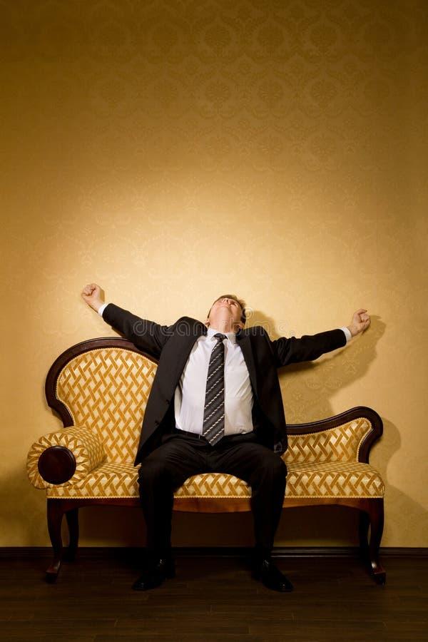 софа бизнесмена мечт протягивает костюм стоковое изображение rf