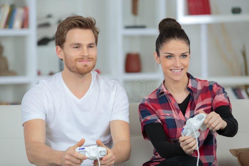 Софа видеоигр игры парня поцелуя соучастия пар видеоигры белокурая стоковые изображения