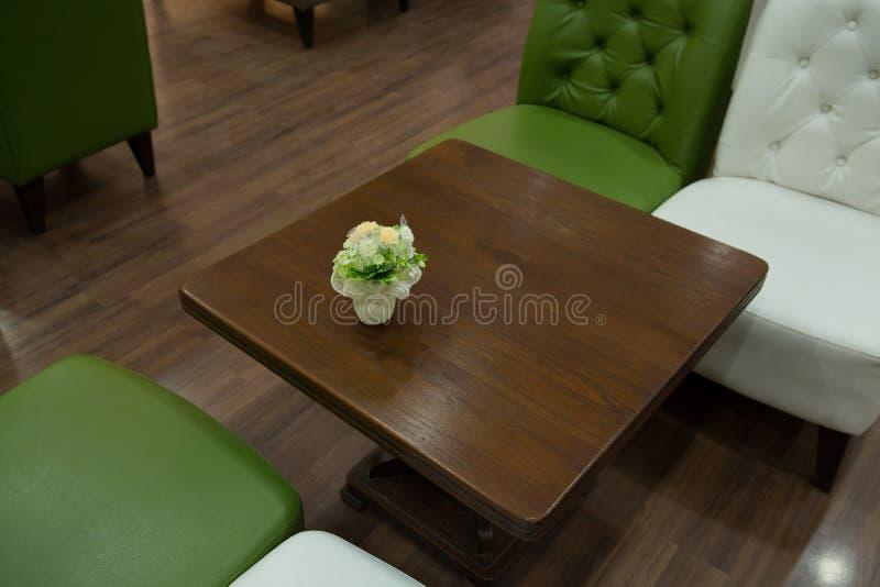 Софа и таблица года сбора винограда в живущей комнате стоковое изображение