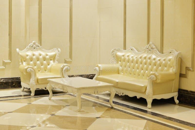 софа кожаной живущей комнаты мебели установленная стоковое фото