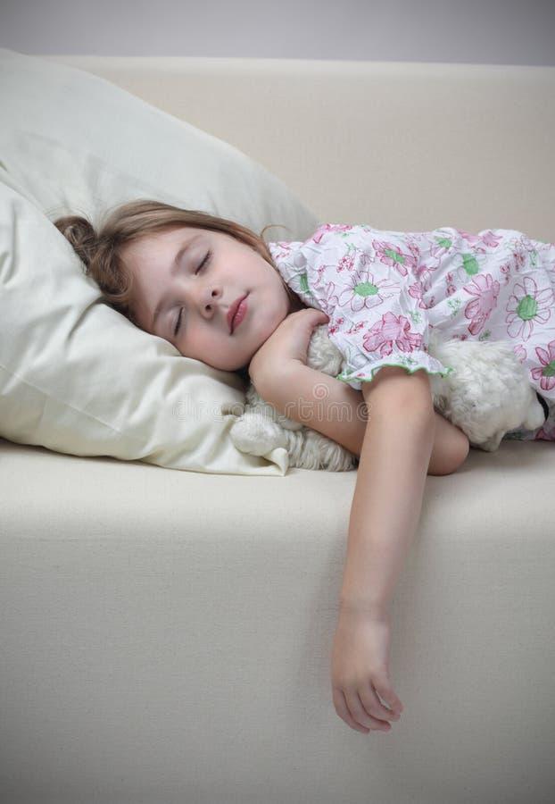 софа сна девушки стоковые фотографии rf