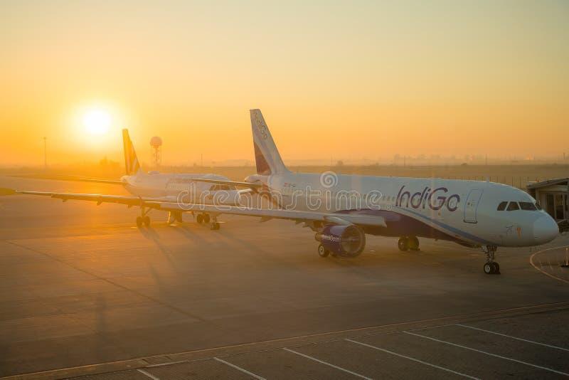 СОФИЯ, БОЛГАРИЯ - март 2019: Самолеты индиго коммерчески на восходе солнца в аэропорте готовом для того чтобы принять  Плоские за стоковое фото rf