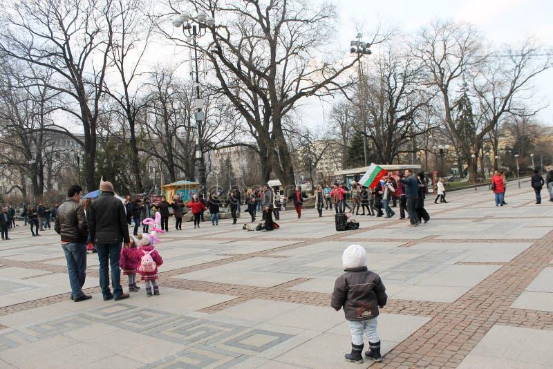 София, Болгария - 1-ое марта 2015: Horo людей танцуя в squ стоковые изображения rf