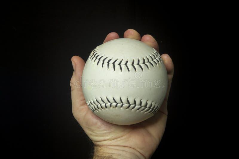 Софтбол используемый игрой белый в руке стоковые изображения rf
