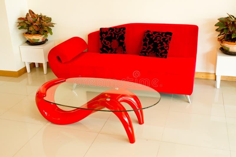 софы комнаты живущих подушек красные стоковые фото