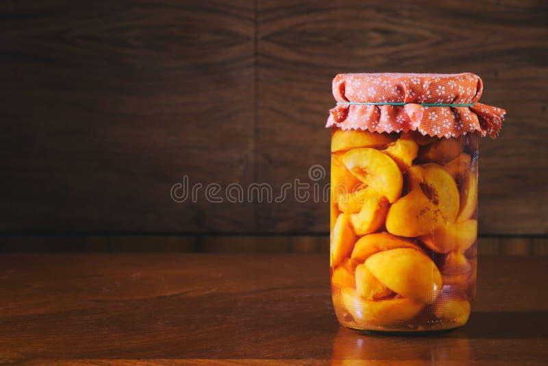 Сохраненный плодоовощ в опарнике, компоте персиков стоковое фото rf