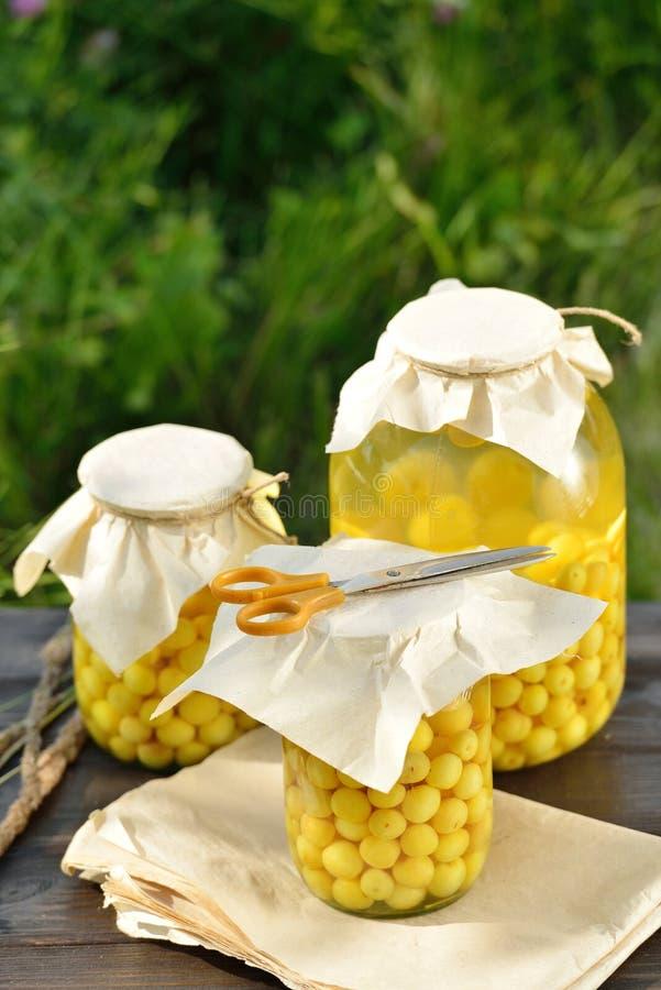 Сохраненный плодоовощ, компот кислых вишен стоковое фото rf