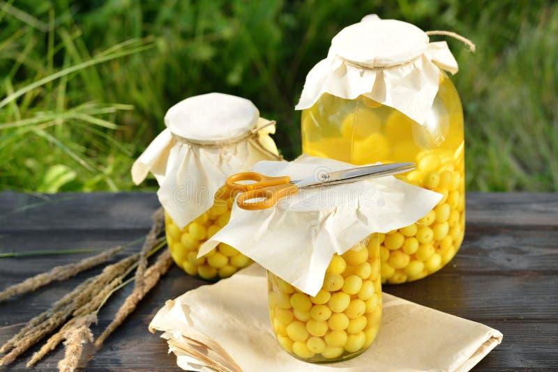 Сохраненный плодоовощ, компот кислых вишен стоковые изображения