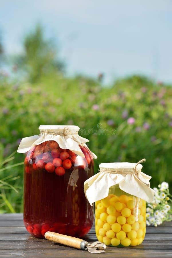 Сохраненный плодоовощ, компот кислых вишен стоковые фотографии rf