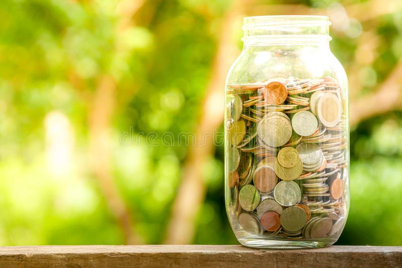 Сохраните деньги для концепции вклада, деньги в стекле стоковые изображения