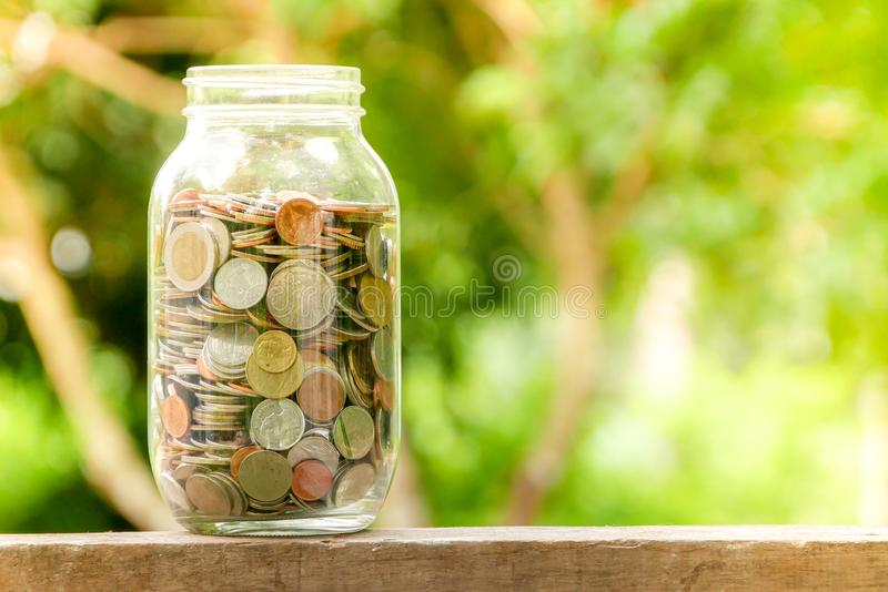 Сохраните деньги для концепции вклада, деньги в стекле стоковая фотография