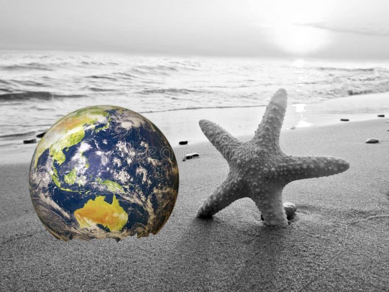 Сохраните землю, компьютер произвел землю как планета на пляже Волна задавливая на заднем плане Концепция соответствующая для окр стоковое фото