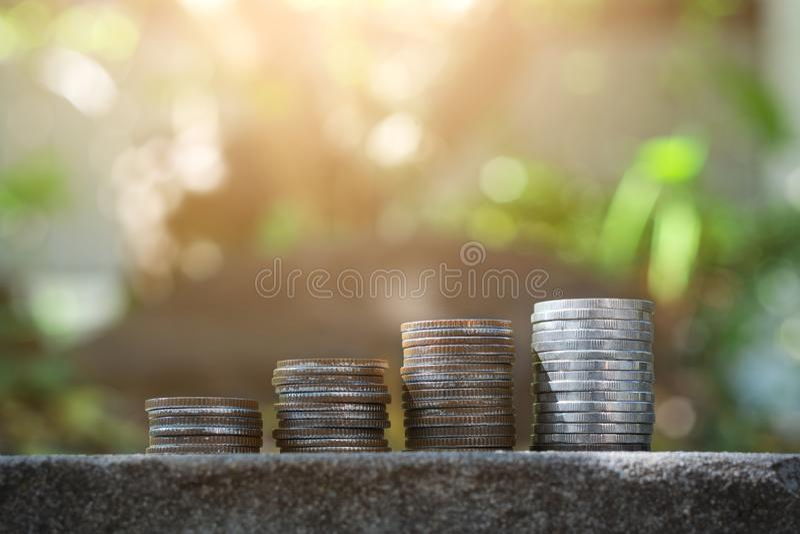 Сохраните концепцию денег с расти стога монетки стоковая фотография rf