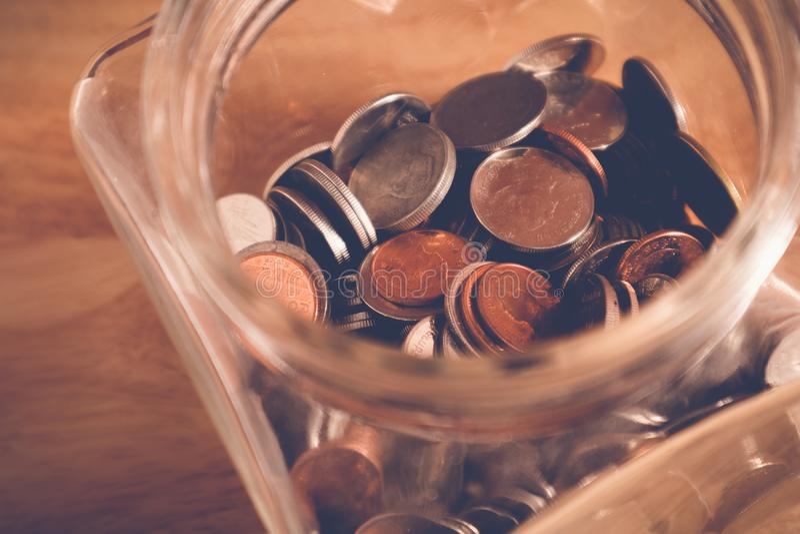 Сохраньте деньги для концепции вклада, деньги в стекле с стилем влияния фильтра ретро винтажным стоковое фото rf