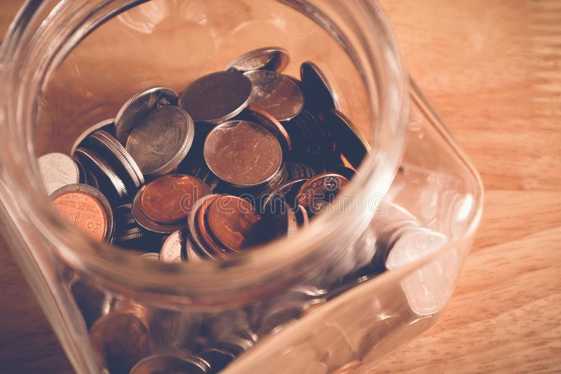 Сохраньте деньги для концепции вклада, деньги в стекле с стилем влияния фильтра ретро винтажным стоковое изображение rf