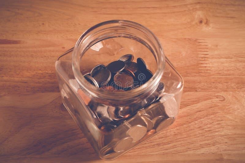 Сохраньте деньги для концепции вклада, деньги в стекле с стилем влияния фильтра ретро винтажным стоковое фото