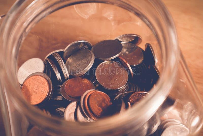 Сохраньте деньги для концепции вклада, деньги в стекле с стилем влияния фильтра ретро винтажным стоковые фотографии rf
