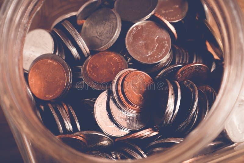 Сохраньте деньги для концепции вклада, деньги в стекле с стилем влияния фильтра ретро винтажным стоковая фотография rf