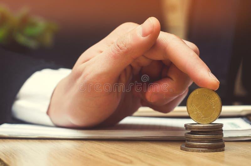 Сохраньте деньги и концепцию вклада Украинские монетки стоковое фото rf