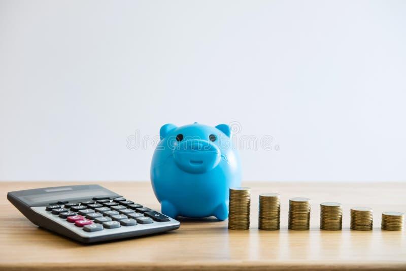 Сохраняя деньги для будущего, стогов монетки для шага вверх по растя делу к выгоде и сбережений с копилкой стоковые изображения rf