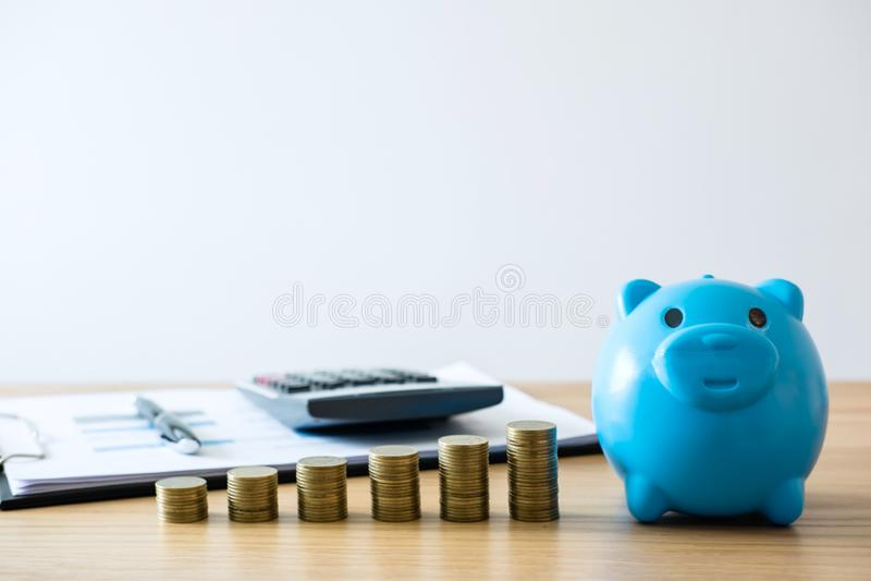 Сохраняя деньги на будущее, стога монетки для шага вверх по растя делу стоковое изображение rf