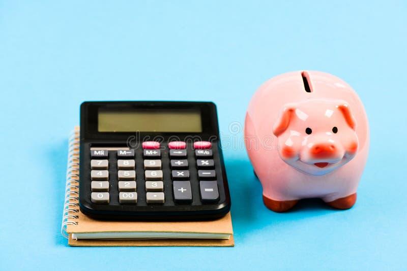 Сохраняя деньги Первая зарплата bookishly финансовый отчет управление семейного бюджета дело начинает вверх копилка с стоковая фотография rf