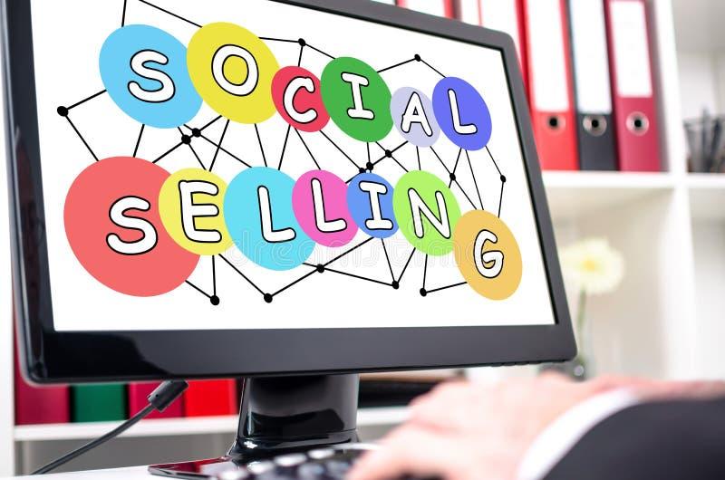 Социальная продавая концепция на экране компьютера стоковые фотографии rf