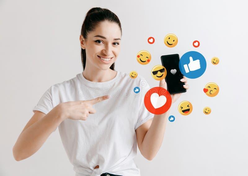 Социальные взаимодействия средств массовой информации на мобильном телефоне стоковые фотографии rf