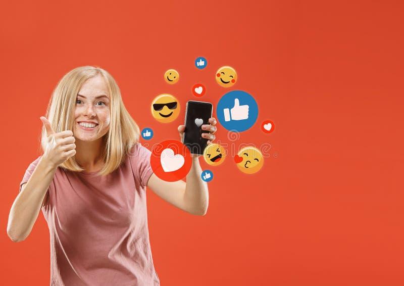 Социальные взаимодействия средств массовой информации на мобильном телефоне стоковое изображение