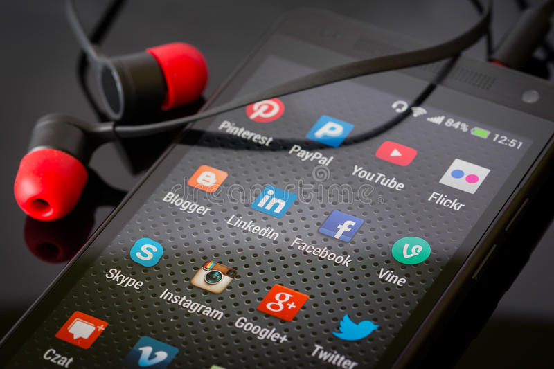 Социальные значки средств массовой информации на умном экране телефона стоковая фотография rf
