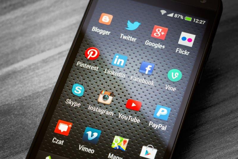 Download Социальные значки средств массовой информации на умном экране телефона Редакционное Фото - изображение насчитывающей дело, иллюстративно: 40585496