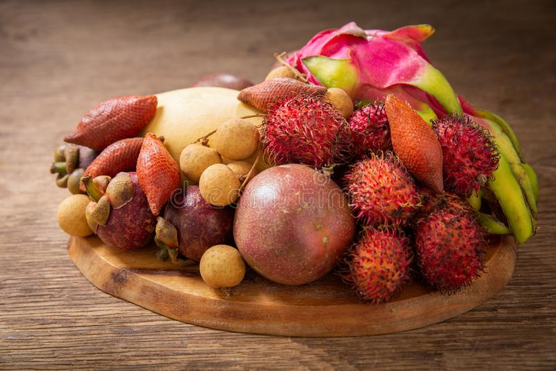 Сочетание экзотических фруктов на деревянной доске стоковая фотография